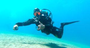 Buceador PADI Advanced Open Water Diver, fondo arena blanca flotabilidad | Scuba Legends