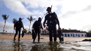 Divers go into the water in Playa Chica Puerto del Carmen | Scuba Legends