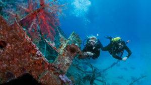 Buceadores en pecio barco hundido en Puerto del Carmen Lanzarote | Scuba Legends